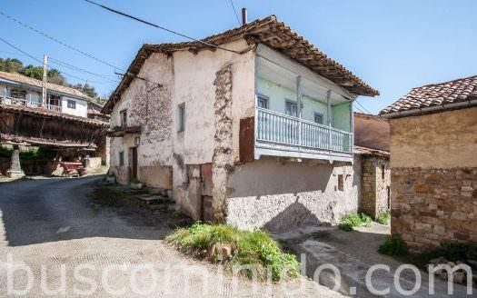 Casa y hórreo en Sariego
